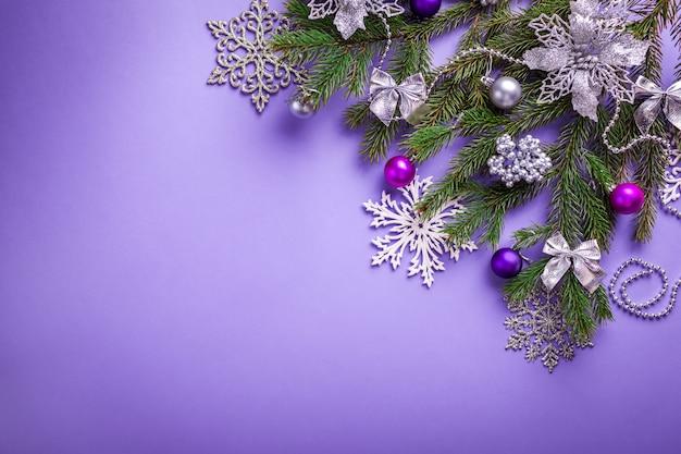 Natal roxo e ano novo com abeto decorado e brinquedos.