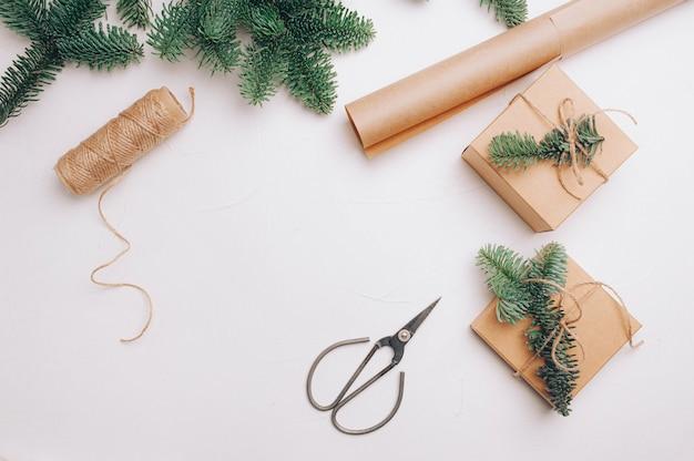 Natal simulado acima do fundo do banner com caixas de presente de flocos de neve e tesouras em fundo de madeira.