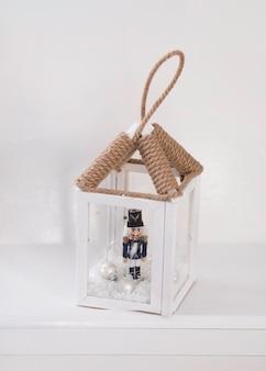 Natal. um castiçal de lanterna, decorativo vintage, em um interior branco