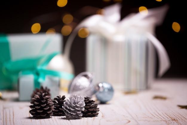 Natal um grupo de presentes e saliências no fundo de guirlandas