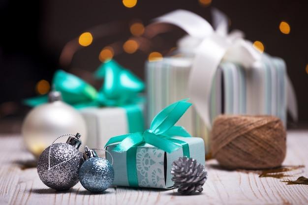 Natal um grupo de presentes no fundo de guirlandas