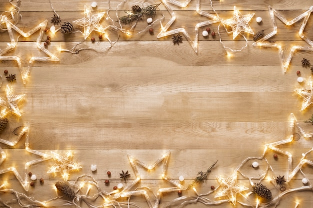 Natal vintage. fundo, quadro de uma decoração de natal com uma guirlanda iluminada, fundo de madeira.