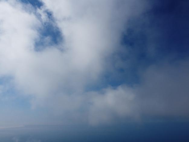 Natureza aérea abstrata verão oceano pôr do sol mar e fundo do céu céu natural com cúmulos inchados