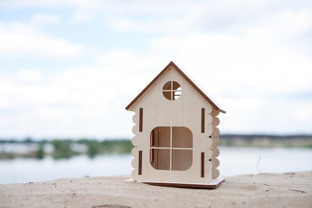 Natureza ao ar livre da casa de madeira em miniatura. conceito imobiliário