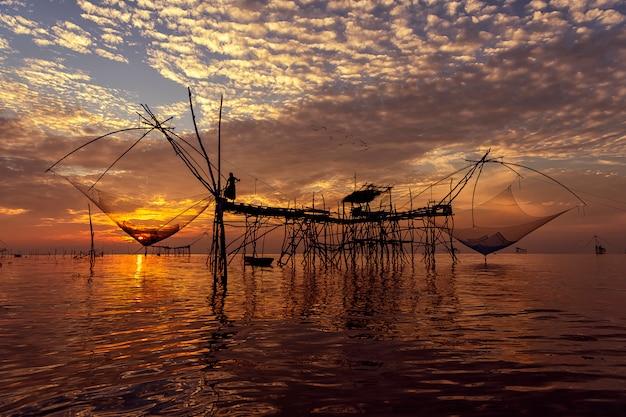 Natureza bonita do céu da manhã paisagem ao nascer do sol no estilo de vida da vila de pescadores