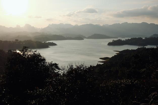 Natureza bonita no lago cheow lan, barragem de ratchaprapha, parque nacional khao sok na tailândia