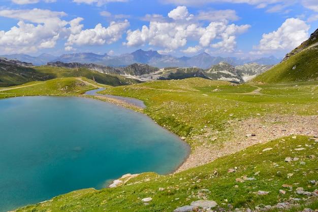 Natureza cênica com belo lago na montanha alpina na frança