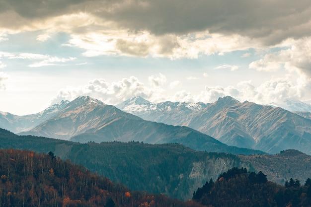Natureza cênica de trilhas trekking nas montanhas do cáucaso na geórgia.