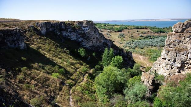 Natureza da moldávia, desfiladeiro com encostas rochosas, árvores exuberantes e trilha de caminhada no fundo