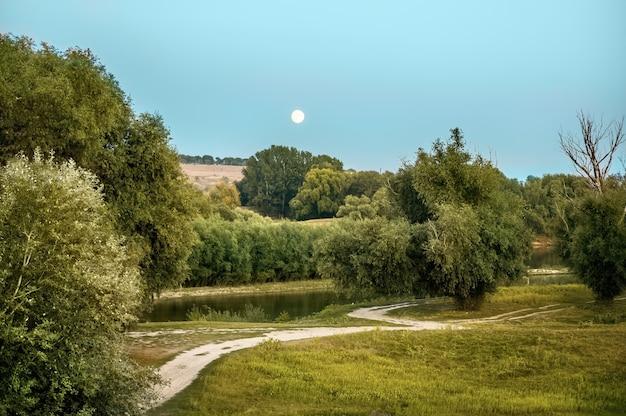 Natureza da moldávia, filmada da terra durante a lua cheia