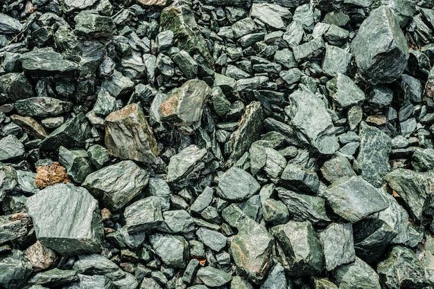Natureza da pilha caótica de pedras. cenário natural de pedregulhos aleatórios. combe rocha close-up. vista de cima para o riacho de pedregulho. textura minimalista de pedregoso heap. quadro completo de pedras.