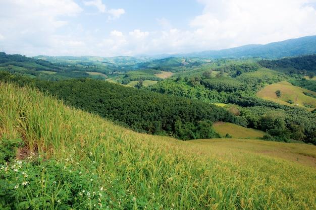 Natureza das montanhas no céu.