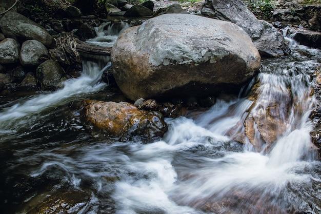 Natureza de montanha cachoeira na floresta com pedra