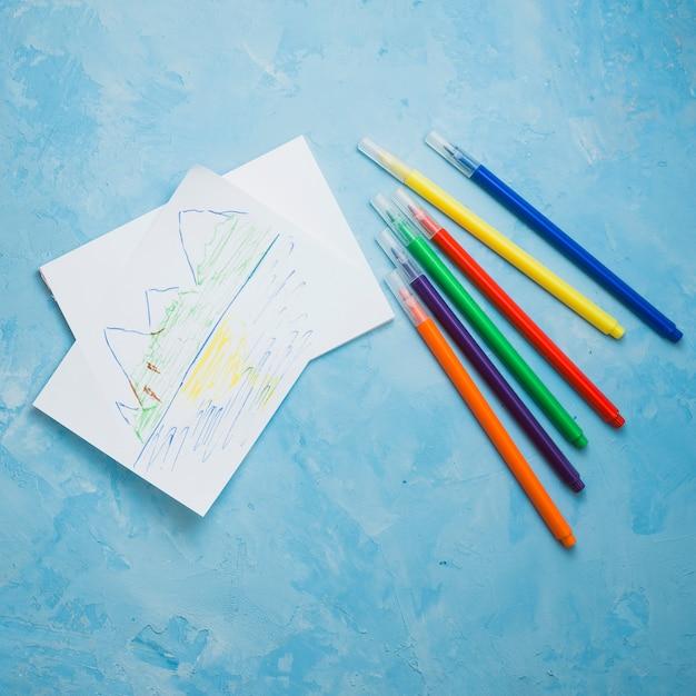 Natureza, desenho na página em branco com caneta de ponta de feltro sobre a superfície azul