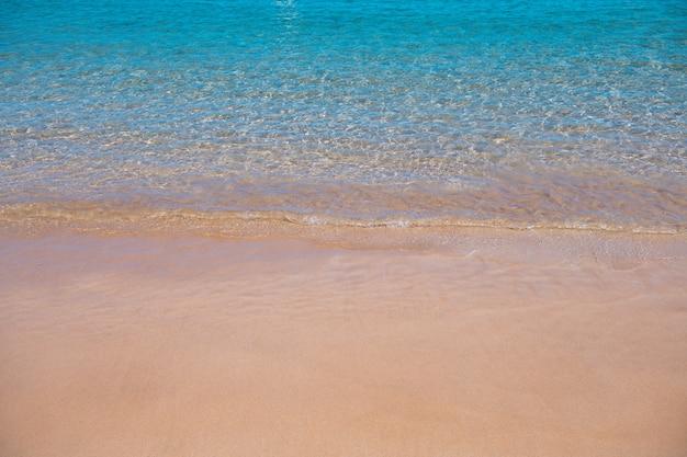 Natureza do fundo do mar da praia de verão tropical com raios de sol, areia, praia, água do mar com cópia ...