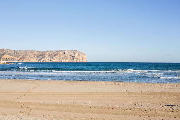 Natureza e conceito de verão - paisagem deslumbrante do mar mediterrâneo com belas montanhas