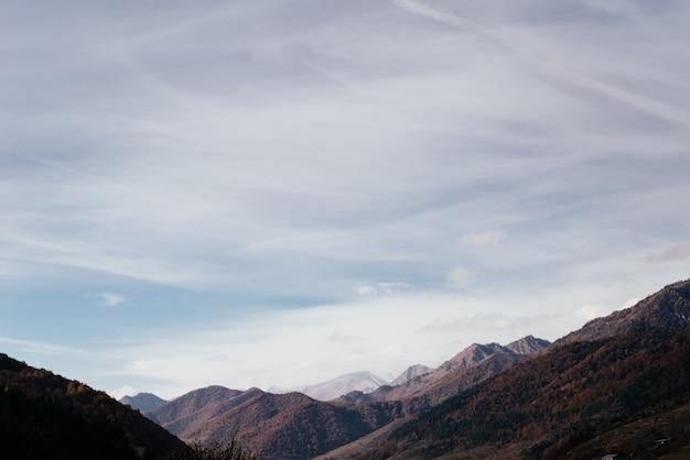 Natureza encantadora de magia, montanhas majestosas e encostas sob o céu azul