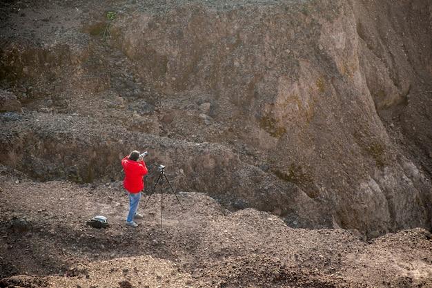 Natureza fotógrafo viajante tirando foto da bela paisagem. do topo da montanha