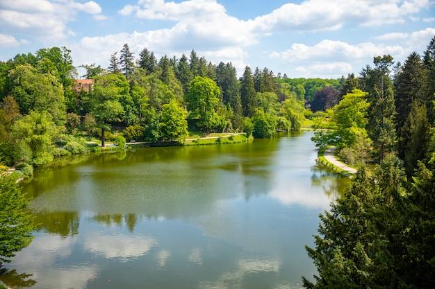 Natureza maravilhosa em dia de primavera no parque pruhonice, perto de praga, república tcheca