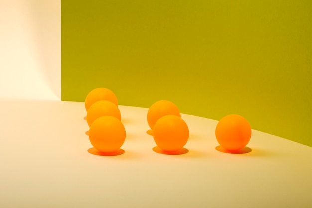 Natureza morta abstrata com bolas laranja em fundo colorido