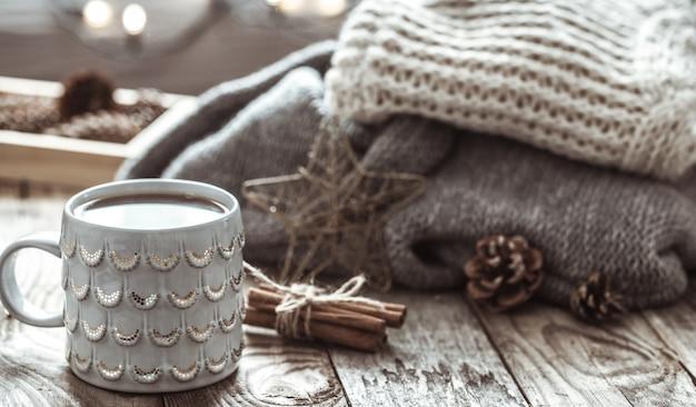 Natureza-morta aconchegante com uma xícara de chá