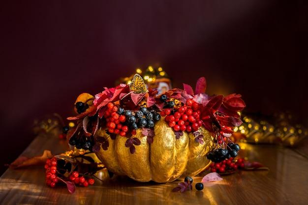 Natureza morta alaranjada com abóbora e frutos silvestres, figos, folhas secas e flores physalis. foto de alta qualidade