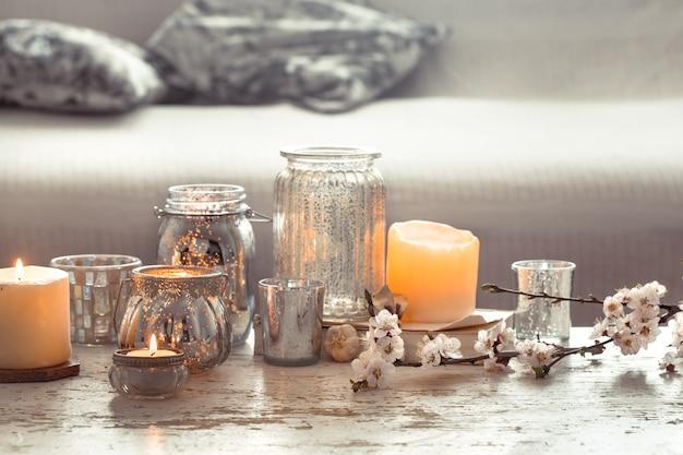 Natureza morta. casa aconchegante linda decoração na sala de estar, vaso e velas, no fundo de uma mesa de madeira, conceito de detalhes de interiores