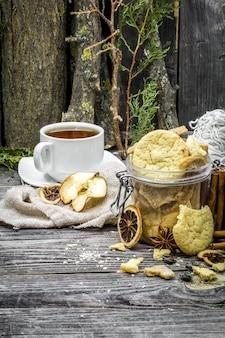 Natureza morta com biscoitos e especiarias na madeira