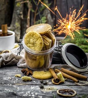 Natureza morta com biscoitos e espumantes na madeira