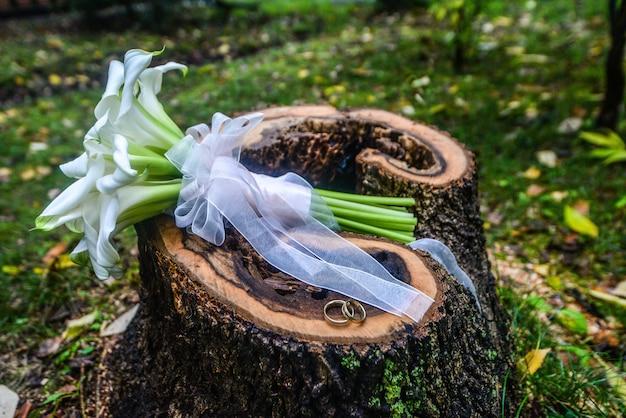 Natureza morta com buquê de casamento e anéis
