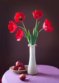 Natureza morta com buquê de tulipas maçãs e narcisos na mesa de madeira dia da mulher