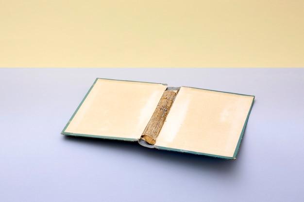 Natureza morta com capa de um livro antigo