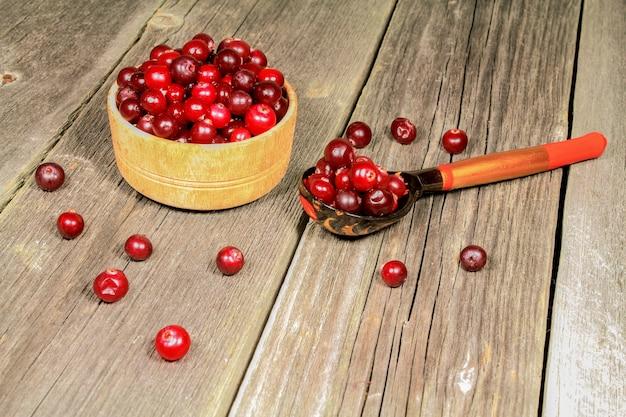 Natureza morta com cranberries em uma mesa de madeira