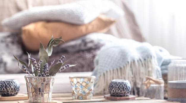 Natureza morta com elementos de decoração para casa em cima da mesa