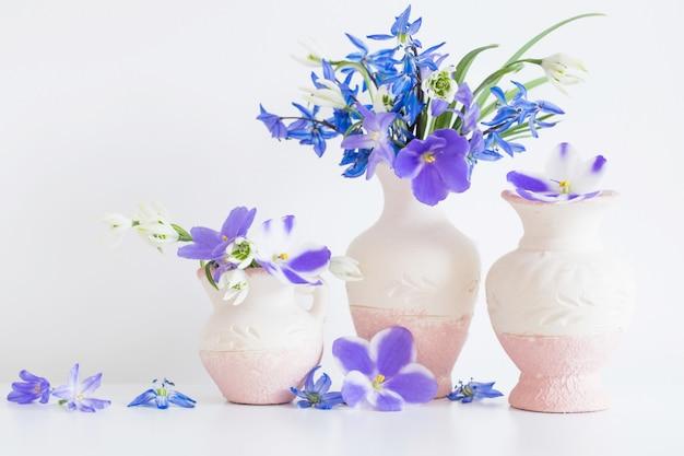 Natureza morta com flores azuis