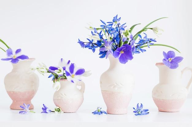 Natureza morta com flores da primavera azul