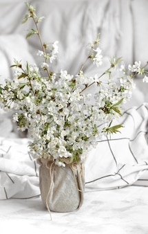 Natureza morta com flores da primavera em casa.