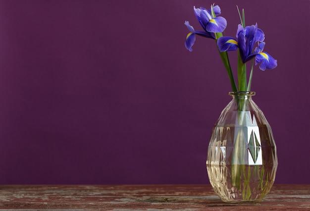 Natureza morta com flores da primavera em vaso