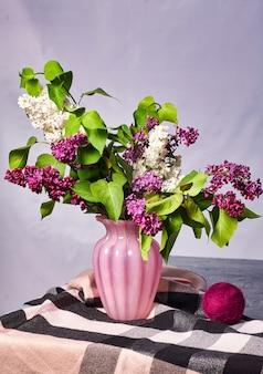 Natureza morta com flores lilás em um vaso