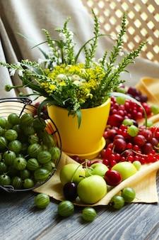 Natureza morta com frutas e flores
