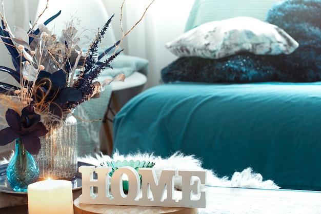 Natureza morta com inscrição de madeira em casa, na sala de estar.