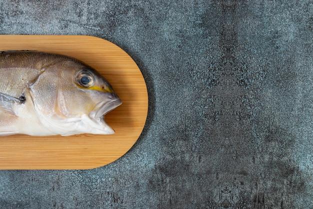 Natureza morta com peixes frescos e ingredientes peruanos para cozinhar