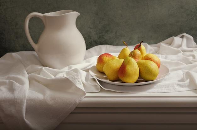 Natureza morta com peras frescas na mesa de madeira