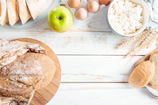Natureza morta com produtos lácteos, leite, ovos, pão