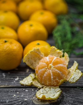 Natureza morta com tangerinas e abeto na madeira