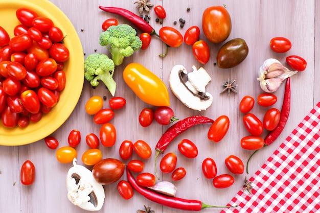 Natureza morta com tomate, pimentão, cogumelos e especiarias