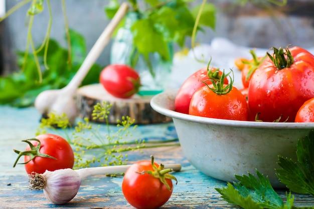 Natureza morta com tomates maduros e alho