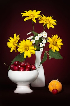 Natureza morta com um buquê de verão com flores amarelas e brancas
