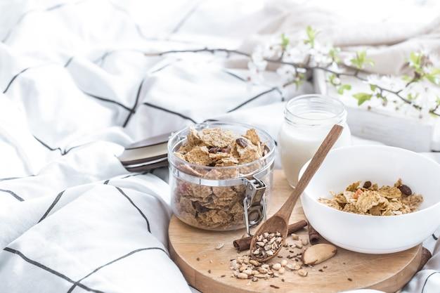 Natureza morta com um lindo café da manhã saudável na cama