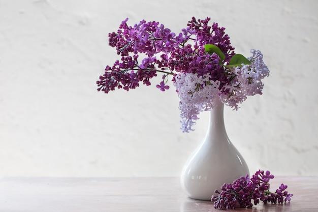 Natureza morta com um ramo de flor lilás